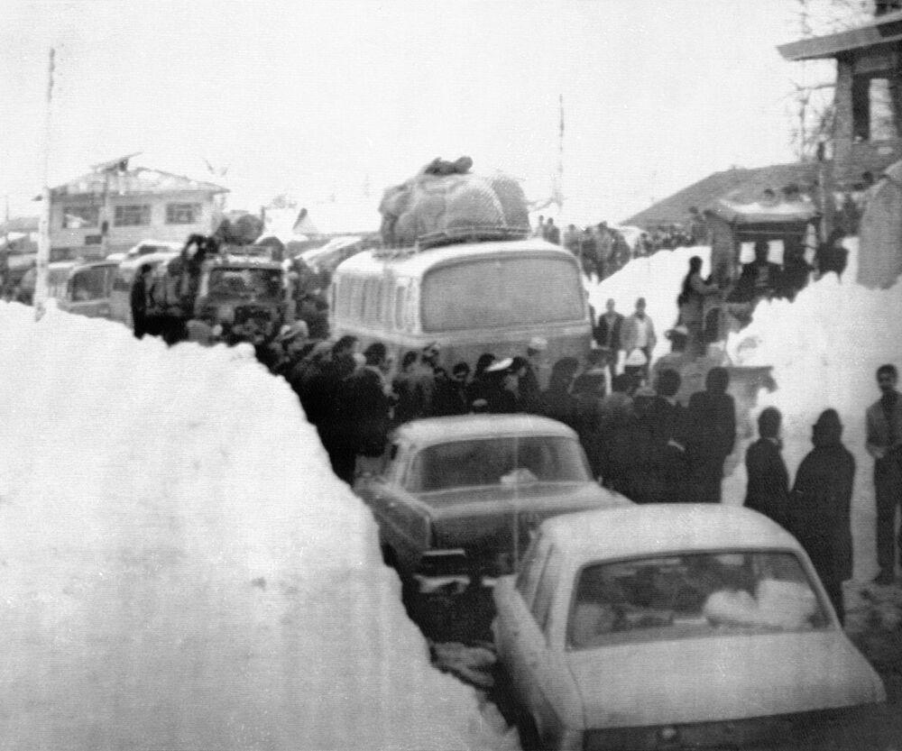 Zatłoczona ulica po obfitych opadach śniegu w Teheranie. Iran, 1972 rok