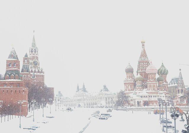 Sobór Wasyla Błogosławionego w Moskwie podczas silnych opadów śniegu