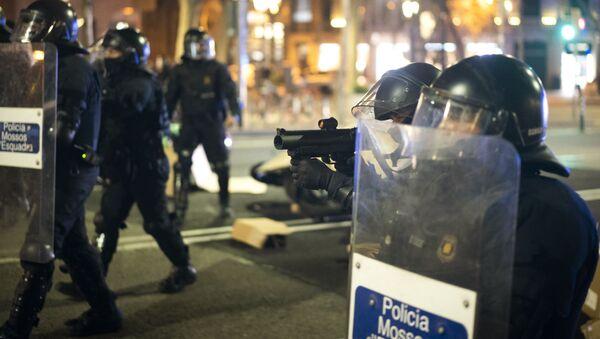 Policja podczas protestów w Barcelonie przeciwko aresztowaniu rapera Pablo Hasela - Sputnik Polska