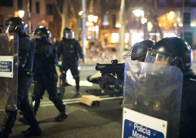 Policja podczas protestów w Barcelonie przeciwko aresztowaniu rapera Pablo Hasela