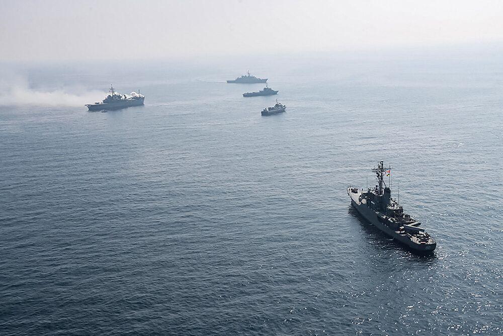 Irańskie i rosyjskie okręty wojenne podczas wspólnych irańsko-rosyjskich ćwiczeń morskich na Oceanie Indyjskim