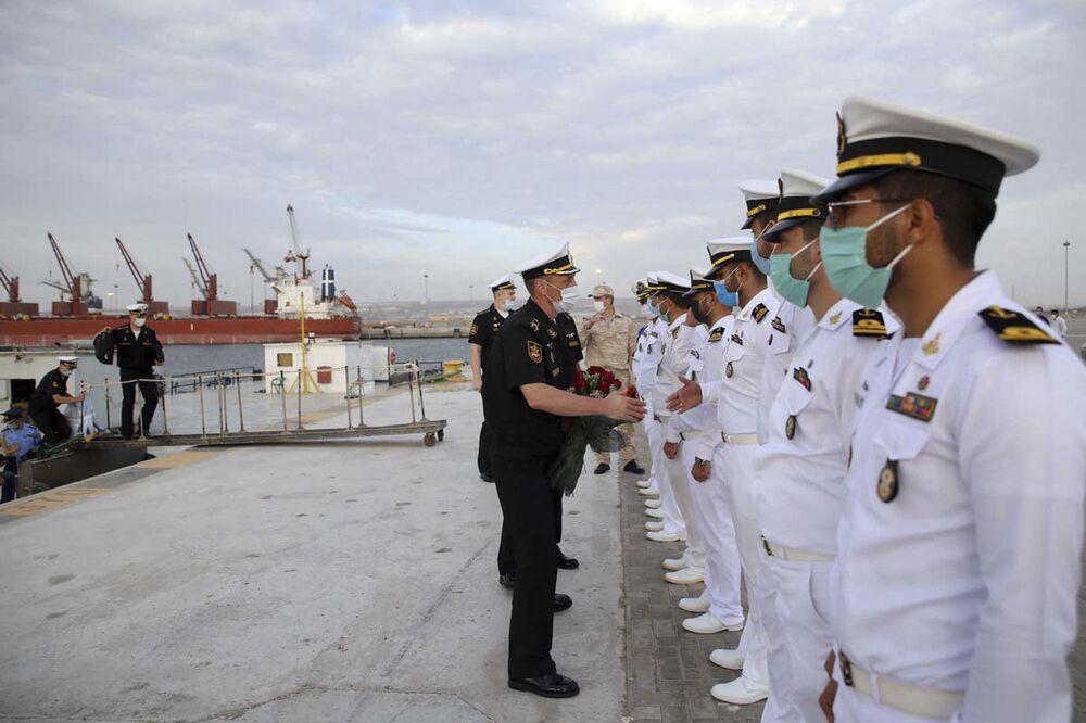Rosyjski dowódca wita irańskich żołnierzy marynarki wojennej