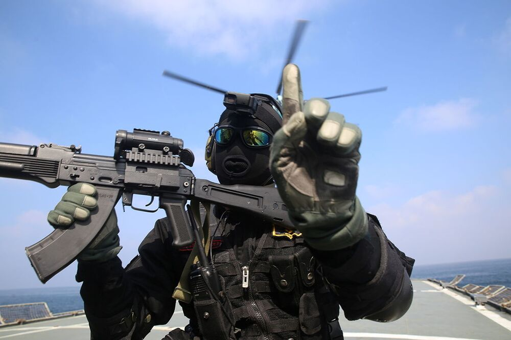 Członek Korpusu Strażników Rewolucji Islamskiej (IRGC) podczas wspólnych irańsko-rosyjskich ćwiczeń morskich na Oceanie Indyjskim