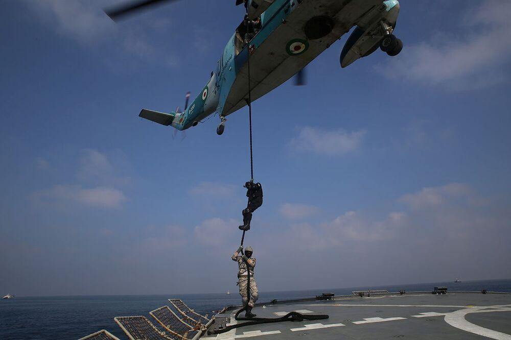Członkowie irańskiej marynarki wojennej podczas wspólnych irańsko-rosyjskich ćwiczeń morskich na Oceanie Indyjskim