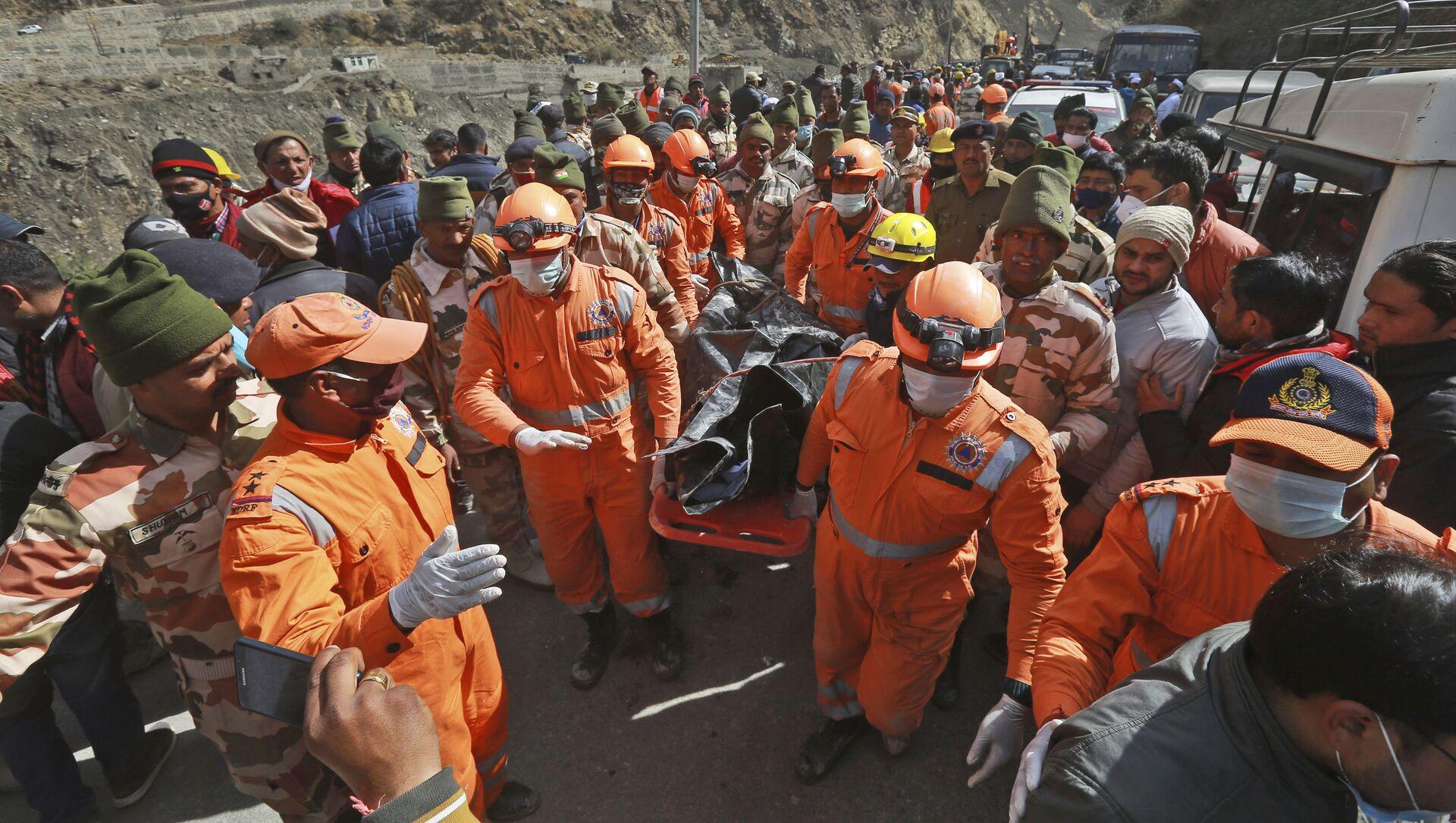 Ratownicy wynoszą ciała ofiar po osunięciu się lodowca w indyjskim stanie Uttarakhand - Sputnik Polska, 1920, 19.02.2021