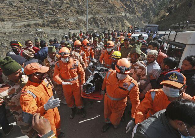 Ratownicy wynoszą ciała ofiar po osunięciu się lodowca w indyjskim stanie Uttarakhand