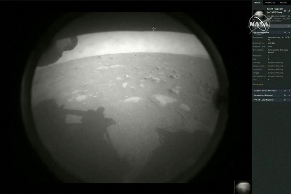 Pierwsze zdjęcie z łazika marsjańskiego Perseverance po wylądowaniu na Marsie
