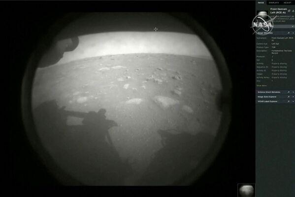 Pierwsze zdjęcie z łazika marsjańskiego Perseverance po wylądowaniu na Marsie - Sputnik Polska