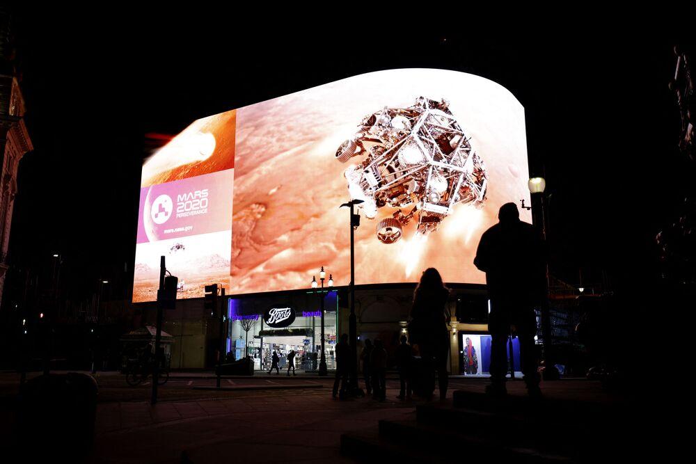 Ludzie w Londynie oglądają transmisję z lądowania łazika Perseverance na Marsie