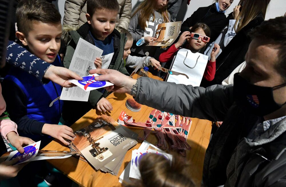 Bośniackie dzieci świętują lądowanie łazika Perseverance na Marsie