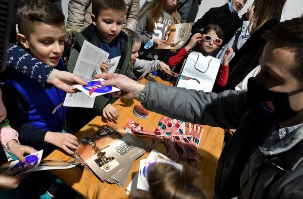 Bośniackie dzieci świętują lądowanie łazika Perseverance na Marsie - Sputnik Polska