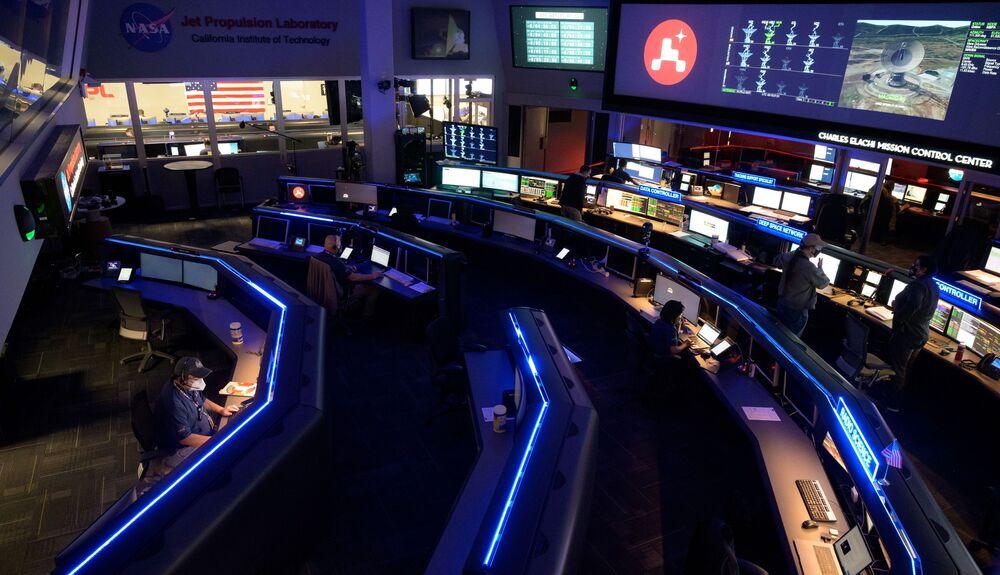Członkowie zespołu NASA badają dane na monitorach w Centrum Kontroli Misji w Laboratorium Napędu Odrzutowego NASA w Kalifornii w USA