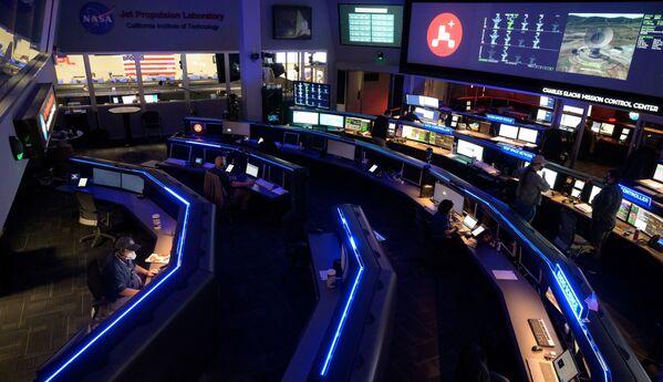 Członkowie zespołu NASA badają dane na monitorach w Centrum Kontroli Misji w Laboratorium Napędu Odrzutowego NASA w Kalifornii w USA  - Sputnik Polska
