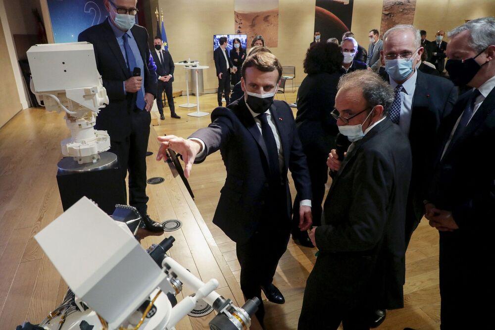 Prezydent Francji Emmanuel Macron we Francuskim Narodowym Centrum Badań Kosmicznych (CNES) w dniu lądowania łazika NASA Perseverance na Marsie