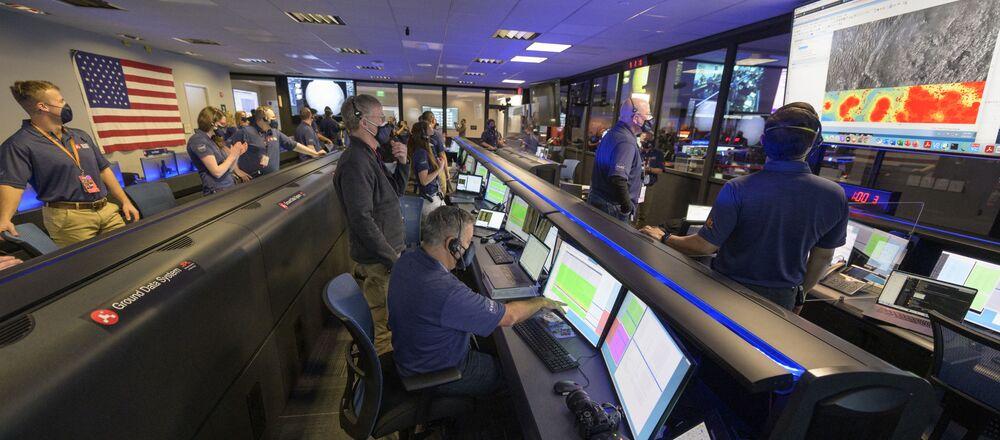 Członkowie zespołu łazików marsjańskich Perseverance członkowie zespołu NASA badają dane w Laboratorium NASA w Kalifornii w USA