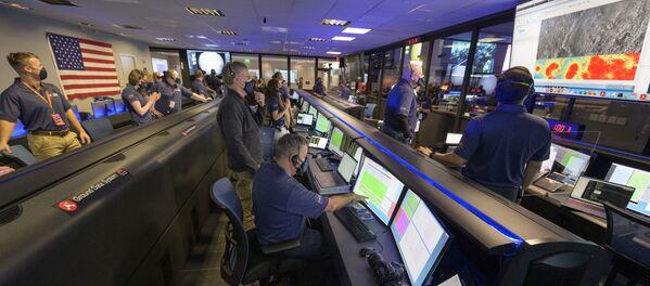 Członkowie zespołu łazików marsjańskich Perseverance członkowie zespołu NASA badają dane w Laboratorium NASA w Kalifornii w USA - Sputnik Polska