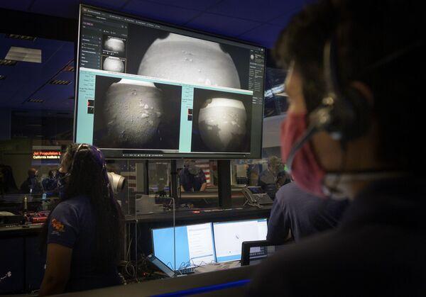 Członkowie zespołu NASA oglądają pierwsze kadry otrzymane po udanym lądowaniu łazika Perseverance na Marsie - Sputnik Polska