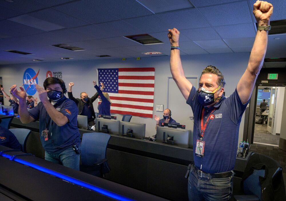 Członkowie zespołu NASA po otrzymaniu potwierdzenia udanego lądowania łazika Perseverance na Marsie