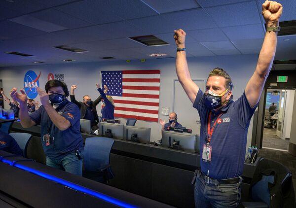 Członkowie zespołu NASA po otrzymaniu potwierdzenia udanego lądowania łazika Perseverance na Marsie - Sputnik Polska