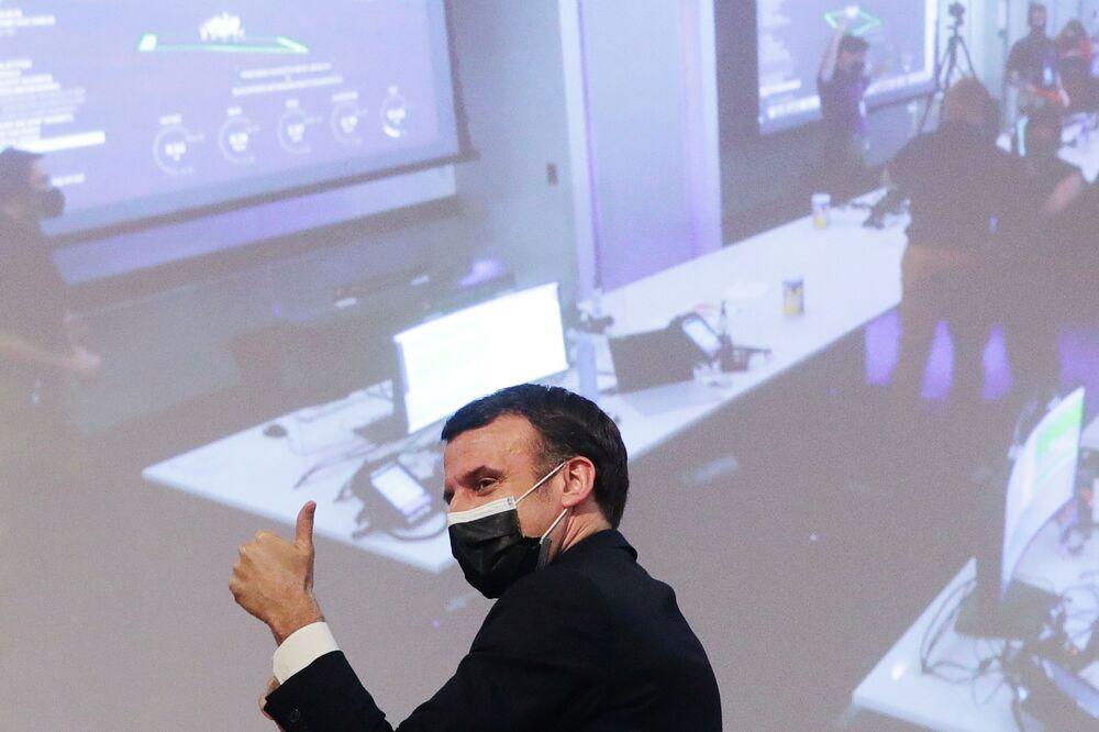 Prezydent Francji Emmanuel Macron cieszy się z udanego lądowania łazika Perseverance na Marsie