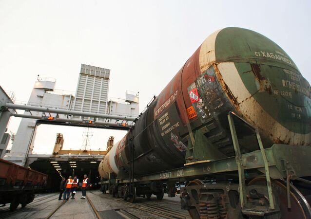 Załadunek platform kolejowych z cysternami na prom kolejowy Petersburg z Bałtijska do Ust-Ługi