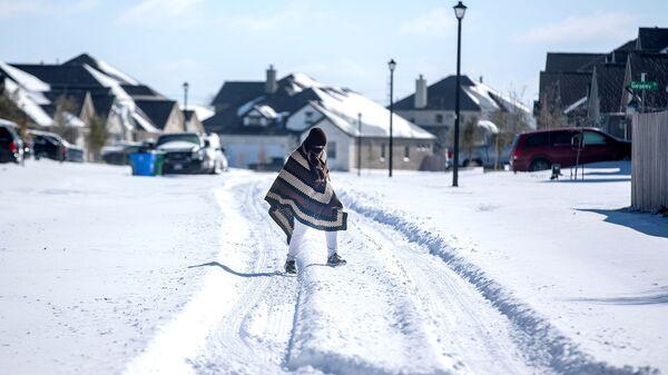 Ośnieżona ulica w rejonie Teksasu, gdzie wyłączono prąd - Sputnik Polska