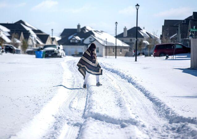 Ośnieżona ulica w rejonie Teksasu, gdzie wyłączono prąd