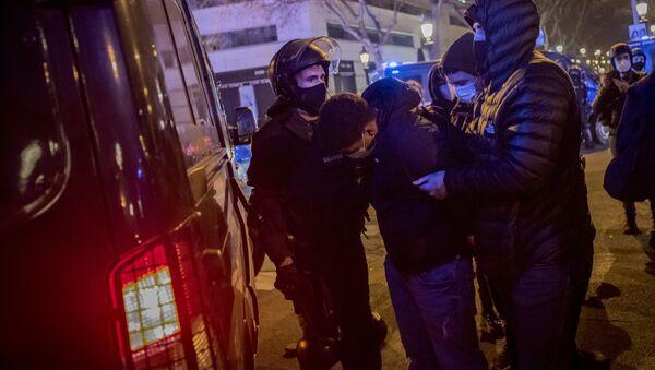 Zamieszki w Barcelonie po aresztowaniu rapera Pablo Asela. - Sputnik Polska