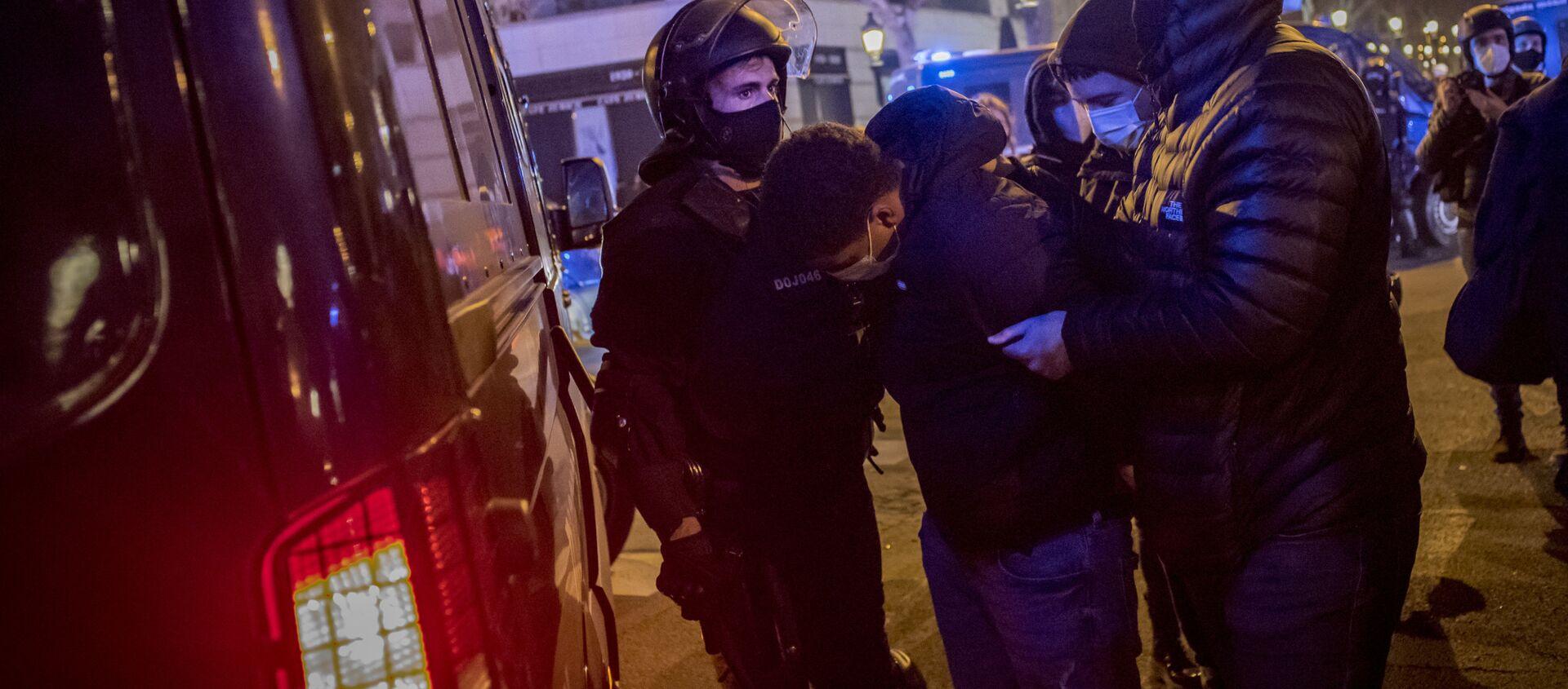 Zamieszki w Barcelonie po aresztowaniu rapera Pablo Asela. - Sputnik Polska, 1920, 21.02.2021