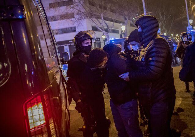 Zamieszki w Barcelonie po aresztowaniu rapera Pablo Asela.