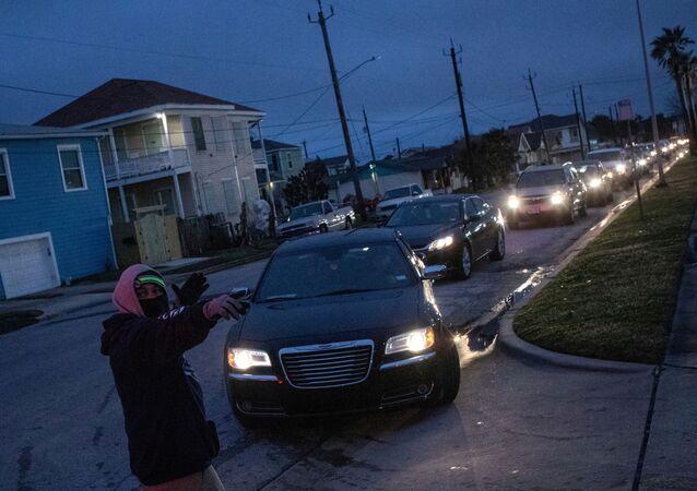 Mieszkańcy na ulicy bez prądu po anomalnych mrozach w Teksasie