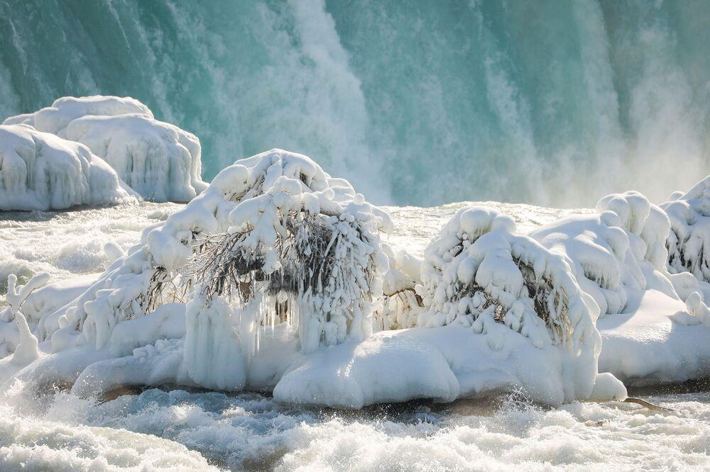 Lód przy wodospadzie Horseshoe Falls, który jest największym z trzech wodospadów, które wspólnie tworzą wodospad Niagara na rzece Niagara wzdłuż granicy Kanady ze Stanami Zjednoczonymi