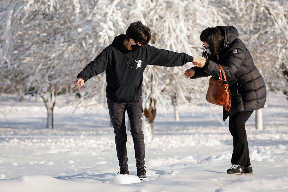 Ludzie na zamarzniętych ulicach Niagara Falls w Nowym Jorku