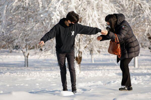 Ludzie na zamarzniętych ulicach Niagara Falls w Nowym Jorku - Sputnik Polska