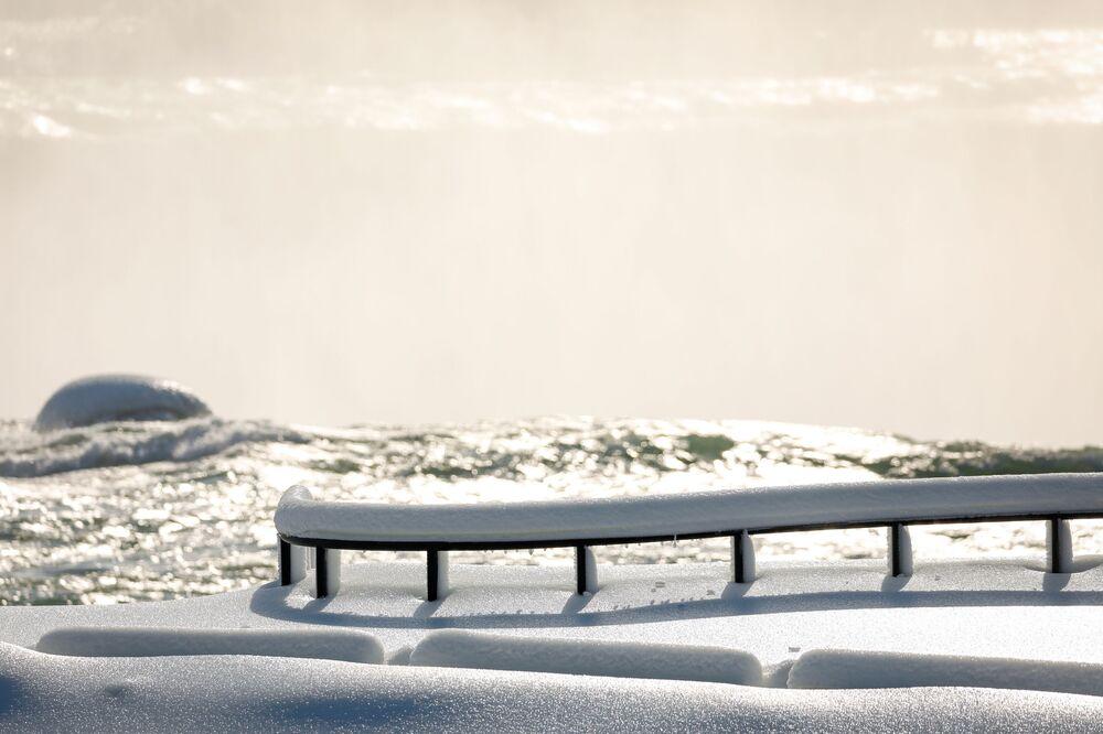 Pokryta lodem aleja w Niagara Falls w Nowym Jorku