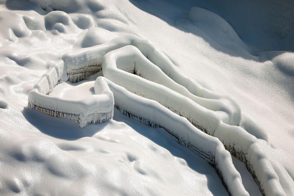 Lód zgromadził się u podstawy wodospadu American Falls z powodu niskich temperatur w Niagara Falls, Nowy Jork