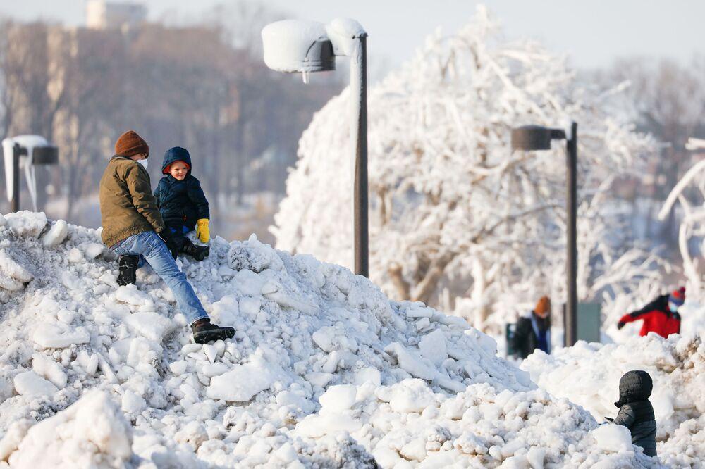 Dzieci na górce z lodu w miejskim parku Niagara Falls w Nowym Jorku