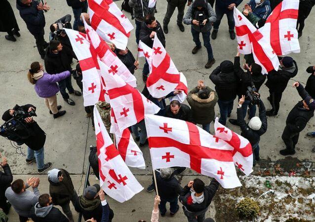 Zwolennicy opozycji z flagami w Tbilisi