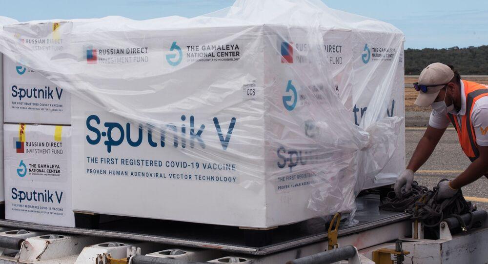 """Pracownicy Międzynarodowego Portu Lotniczego im. Simona Bolivara w Caracas rozładowują samolot z rosyjską szczepionką """"Sputnik V"""""""