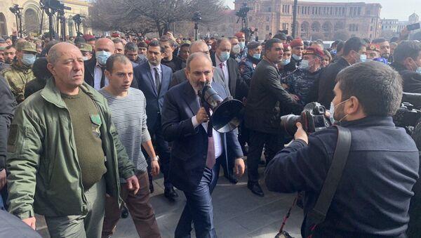 Premier Armenii NIkola Paszinian na ulicy Erywania - Sputnik Polska