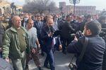 Premier Armenii NIkola Paszinian na ulicy Erywania