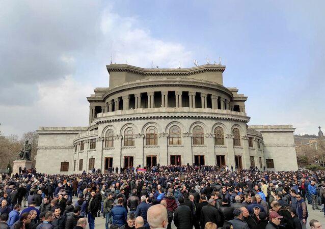 Zwolennicy opozycji na Placu Wolności w Erywaniu