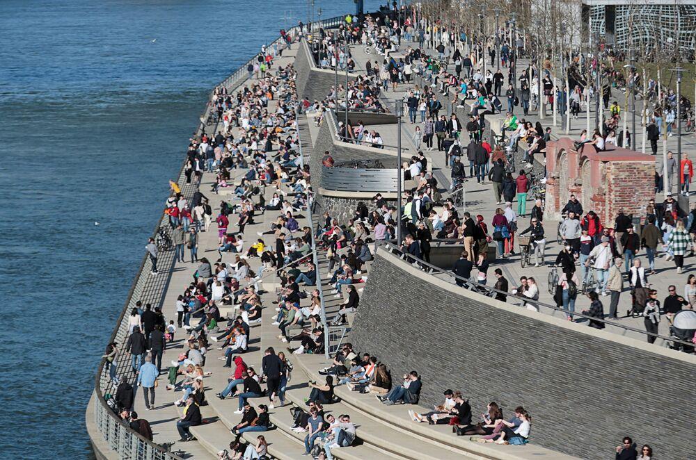 Ludzie na nabrzeżu w Kolonii w słoneczny i ciepły dzień