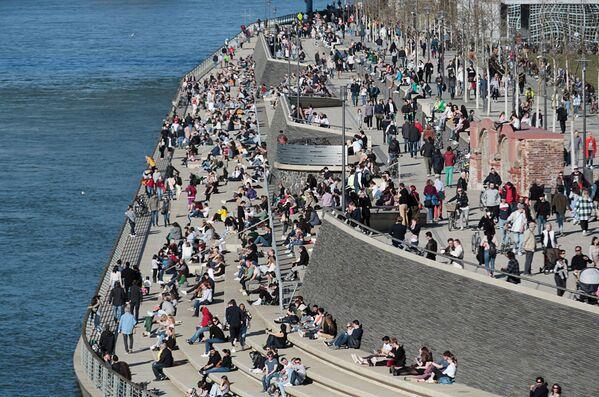 Ludzie na nabrzeżu w Kolonii w słoneczny i ciepły dzień - Sputnik Polska