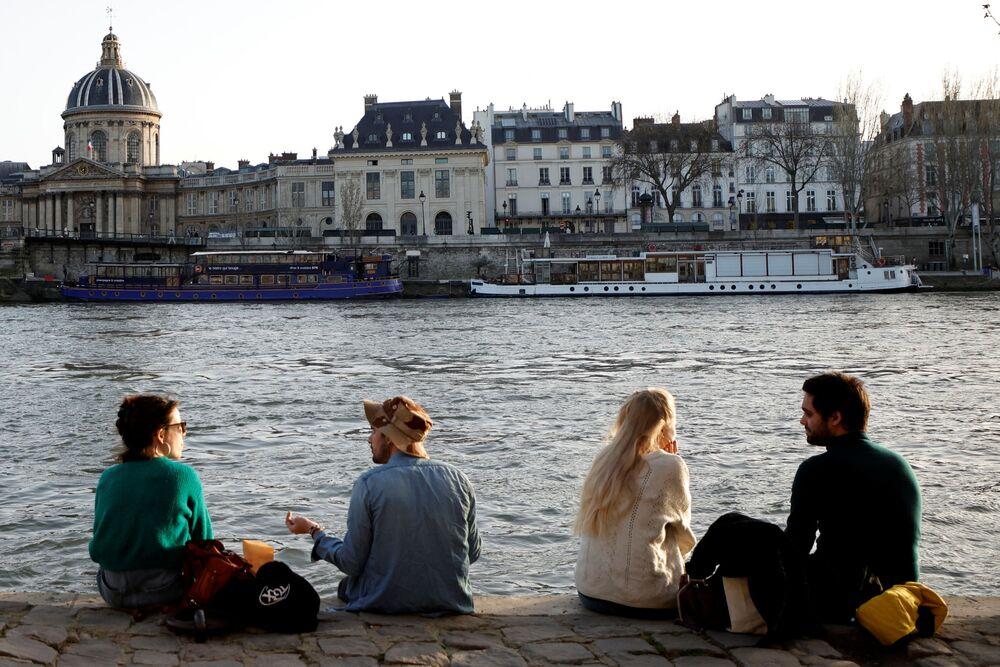 Ludzie korzystają z ciepłej, słonecznej pogody w Paryżu