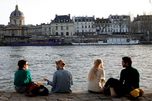 Ludzie korzystają z ciepłej, słonecznej pogody w Paryżu  - Sputnik Polska