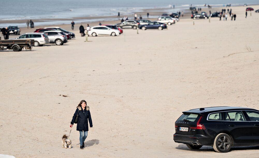 Ludzie odpoczywają na plaży w Danii