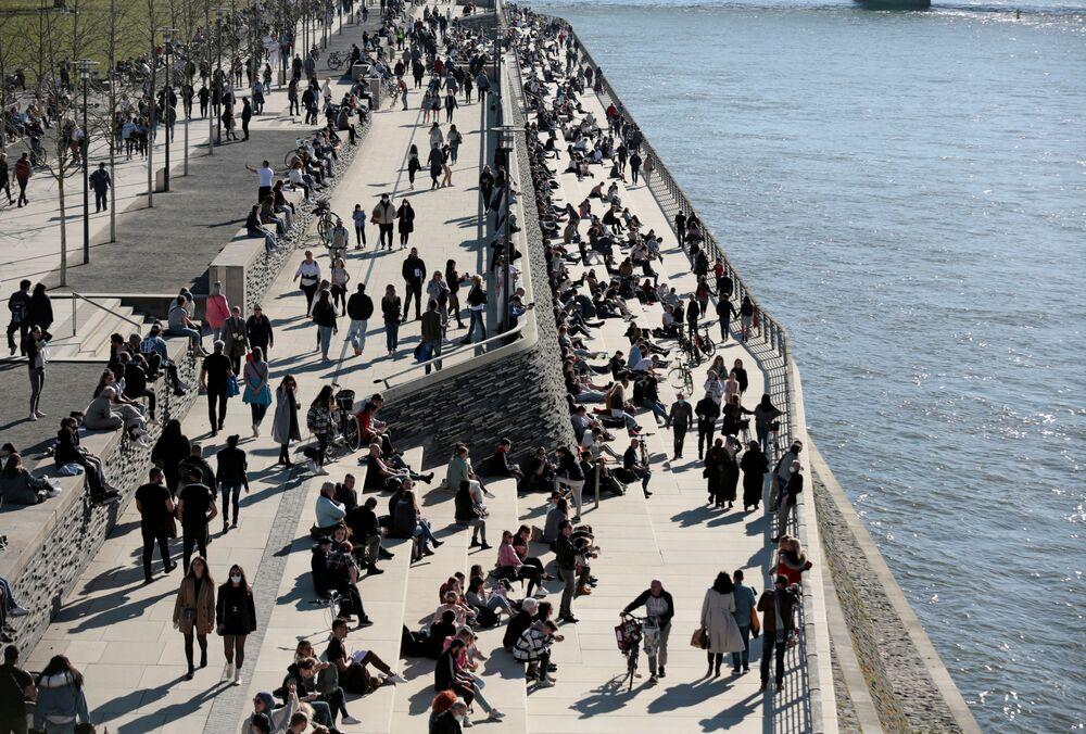 Ludzie odpoczywają na brzegu rzeki w Niemczech