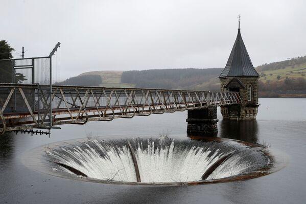 Zbiornik Pontsticill Reservoir pod deszczem w Parku Narodowym Brecon Beacons w Południowej Walii w Wielkiej Brytanii - Sputnik Polska