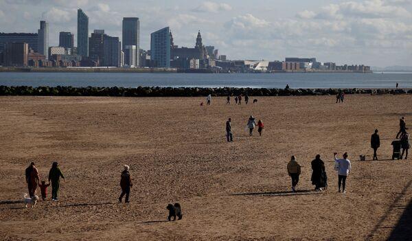 Ludzie spacerują po plaży w  New Brighton w Wielkiej Brytanii  - Sputnik Polska